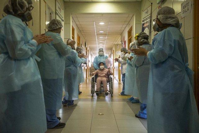 Una joven paciente afectada por coronavirus es aplaudida tras ser dada de alta en hospital de Lima, Perú.