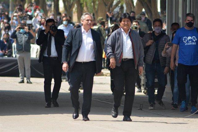 El presidente de Argentina, Alberto Fernández, acompañando al expresidente boliviano Evo Morales de regreso a Bolivia.