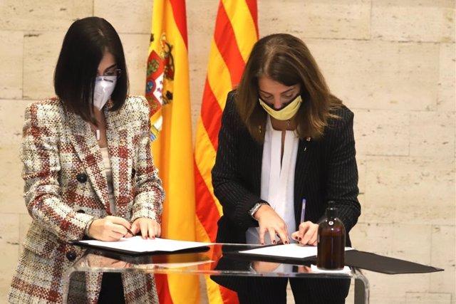 La ministra de Política Territorial i Funció Pública, Carolina Darias, i la consellera de Presidència de la Generalitat, Meritxell Budó, signen un conveni en matèria d'ajuts per pal·liar els danys de catàstrofes naturals.