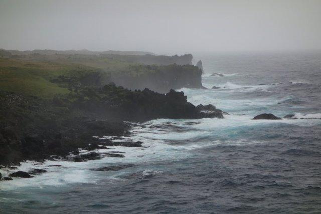 La costa de la isla subantártica de Marion. El rocío del mar cae sobre la tierra y hacia los lagos cercanos.
