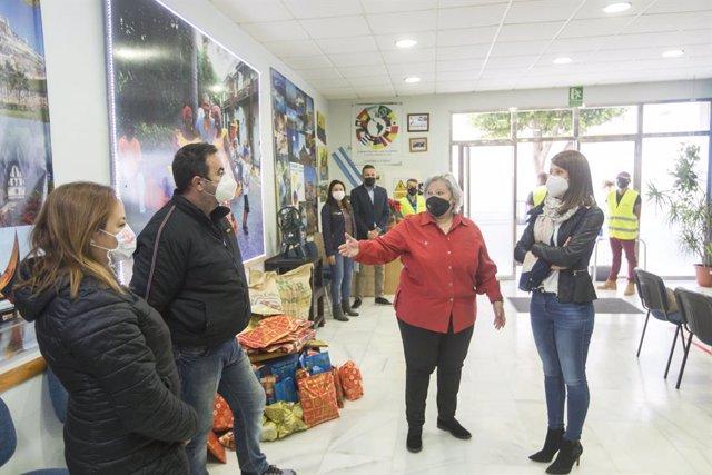 Ángeles Martínez visita la asociación de colombianos 'Almería para todos '