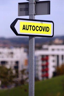 """Cartel indicativo del """"Autocovid"""" del Hospital Universitario Central de Asturias (HUCA), donde se realizan pruebas PCR para la detección del COVID-19."""