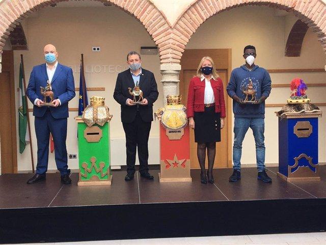 La alcaldesa de Marbella, Ángeles Muñoz, con los emisarios de los Reyes Magos en la localidad