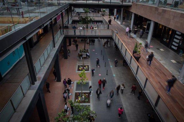 El centro comercial La Maquinista en Barcelona en el primer día de reapertura al público de centros y recintos comerciales al 30% del aforo