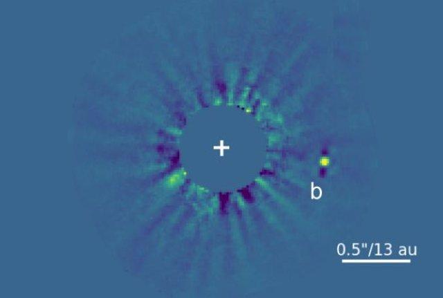 """Imagen directa de hd 33632 ab capturada. El compañero (marcado como """"b"""") se encuentra en una separación de unas 20 au de su estrella (ubicada en la cruz blanca), similar a las separaciones del sol a urano y neptuno en nuestro sistema"""