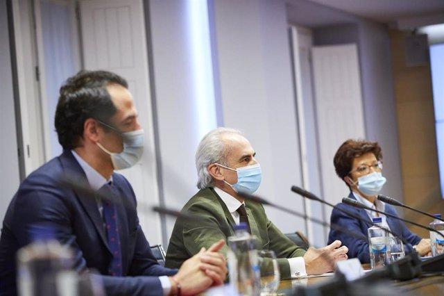 (I-D) El vicepresidente, consejero de Deportes, Transparencia y portavoz, Ignacio Aguado; el consejero de Sanidad de la Comunidad de Madrid, Enrique Ruiz Escudero; y la directora general de Salud Pública, Elena Andradas, durante la reunión del grupo Covid