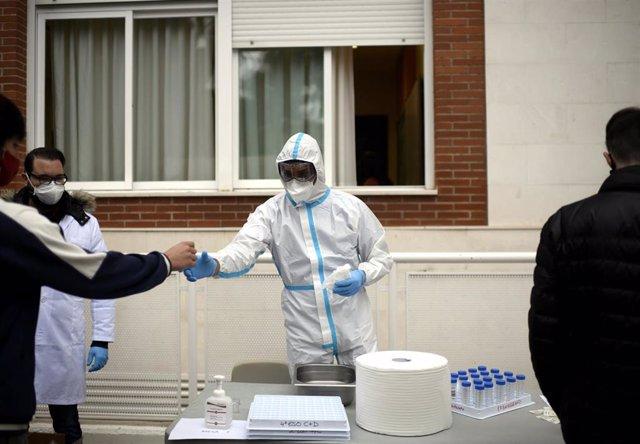 Un sanitario durante la realización de tests de RT-PCR en saliva