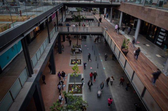El centre comercial La Maquinista de Barcelona, el primer dia de reobertura al públic de centres i recintes comercials al 30% d'aforament.