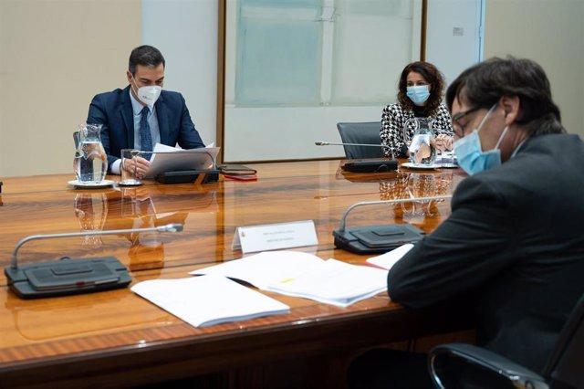 El presidente del Gobierno, Pedro Sánchez (c), preside la reunión del Comité de Seguimiento del Coronavirus, en el Complejo de la Moncloa, en Madrid, (España), a 26 de noviembre de 2020.