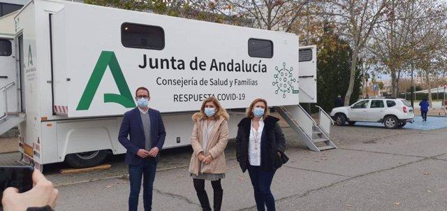 Botella (centro), ante la unidad móvil que ha realizado los test de antígenos este lunes en Pozoblanco (Córdoba).