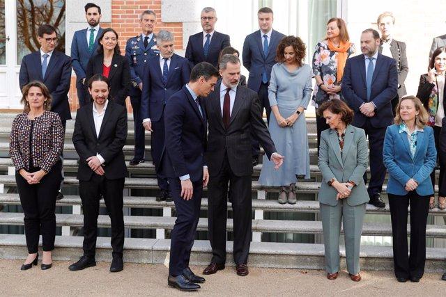 El presidente del Gobierno, Pedro Sánchez (3i), se sitúa al lado del Rey Felipe VI (4i), para la foto de familia junto a los cuatro vicepresidentes y varios ministros y altos cargos del Gobierno, antes de la primera reunión del Consejo de Seguridad Nacion