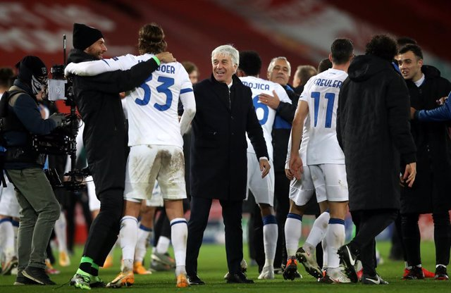 25 November 2020, England, Liverpool: Atalanta manager Gian Piero Gasperini (C) celebrates with his team at the final whistle of the UEFA Champions league Group D soccer match between Liverpool and Atalanta at the Anfield. Photo: Martin Rickett/PA Wire/dp
