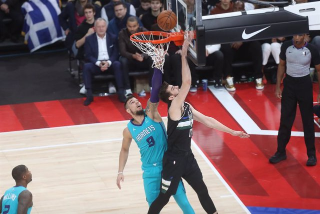 Dragan Bender of Milwaukee Bucks and Willy Hernangomez of Charlotte Hornets during the NBA Paris Game 2020 basketball match between Milwaukee Bucks and Charlotte Hornets on January 24, 2020 at AccorHotels Arena in Paris, France - Photo Laurent Lairys /DPP