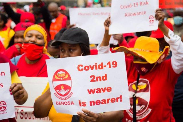 Una manifestante durante la huelga en Sudáfrica de octubre por el impacto de la pandemia