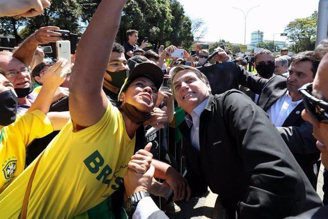 El presidente de Brasil, Jair Bolsonaro, desafiando junto a sus incondicionales las medidas para mantener las distancias sociales en plena pandemia de coronavirus.