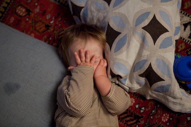 Niño despertándose