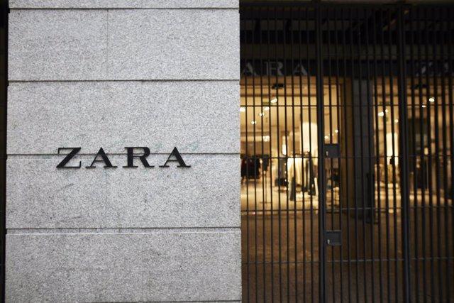Fachada y letrero del primer local de Zara que abrió en la capital junto a la Puerta del Sol, en Madrid, (España), a 14 de noviembre de 2020. El local, perteneciente a la multinacional Inditex, ha decidido echar el cierre a esta tienda, propiedad de Mutua