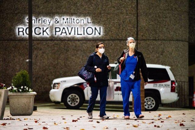 Dos trabajadoras sanitarias salen del hospital universitario Temple, en Filadelfia