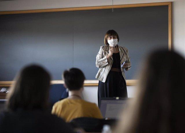 Una profesora imparte clase de manera presencial en la facultad de Comunicación de la Universidad de Sevilla, durante el inicio de las clases de forma escalonada. En Sevilla, (Andalucía, España), a 05 de octubre de 2020.