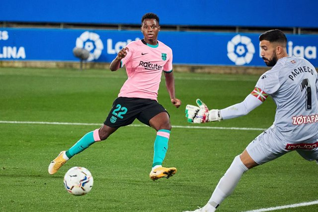Fernando Pacheco of CD Alavés and Ansu Fati of FC Barcelona during the spanish league, LaLiga, football match played between CD Alaves v FC Barcelona at Mendizorroza Stadium on October 31, 2020 in Vitoria, Spain.