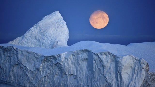 Luna sobre el Ártico