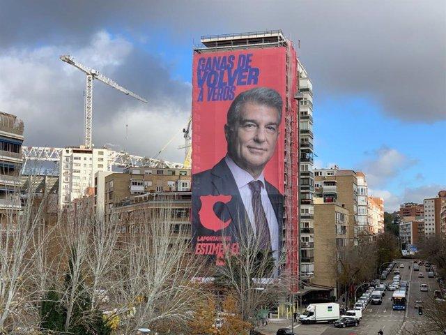 Publicidad del precandidato a la presidencia del FC Barcelona Joan Laporta en los aledaños del Santiago Bernabéu, estadio del Real Madrid