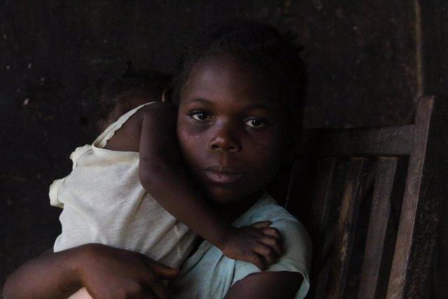 Michelle carga con su hermana Gloria en República Democrática del Congo