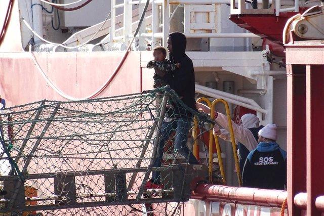 29 January 2020, Italy, Taranto: Migrants disembark the Ocean Viking humanitarian rescue ship upon arrival at the port in Taranto. Photo: Ingenito/LaPresse via ZUMA Press/dpa