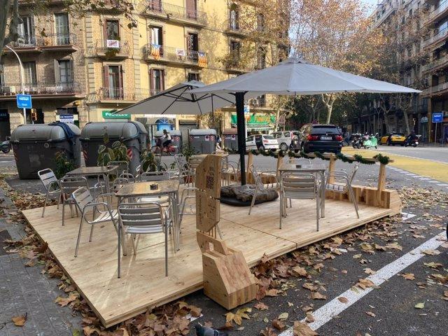 Barcelona prova una tarima de fusta per millorar el disseny de les terrasses a la calçada.