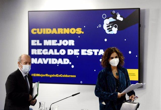 La ministra portavoz y de Hacienda, María Jesús Montero (d), y el ministro de Justicia, Juan Carlos Campo (i), se disponen a comparecer en rueda de prensa posterior al Consejo de Ministros celebrado en Moncloa, en Madrid (España), a 15 de diciembre de 202