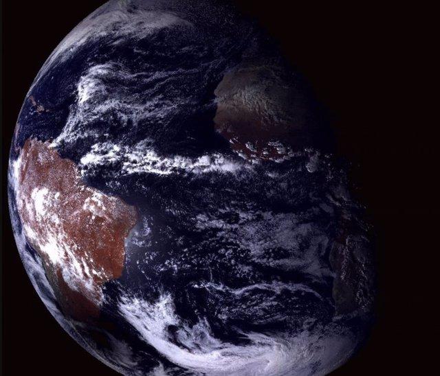 Un satélite ruso registró la sombre de la Luna sobre la Tierra durante el elcipse del 14 de diciembre de 2020