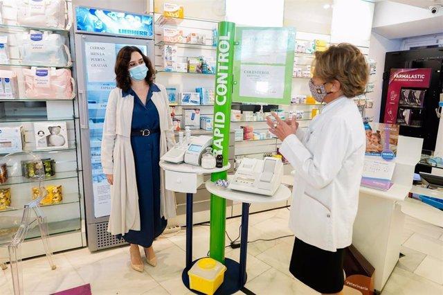 La presidenta de la Comunidad de Madrid, Isabel Díaz Ayuso, durante una visita a una farmacia.