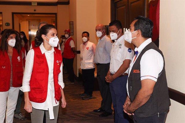 La Reina Letizia a su llegada a una reunión con representantes de ONG españolas en Honduras en su viaje con la Cooperación española, acompañada por la secretaria de Estado de Cooperación Internacional, Ángeles Moreno Bau.