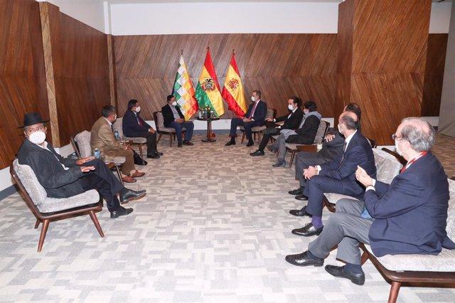 El Rey Felipe VI (derecha), junto al presidente electo de Bolivia (izquierda) Luis Arce, durante su visita al país latinoamericano para asistir a su toma de posesión como nuevo mandatario, en La Paz (Bolivia), a 8 de noviembre de 2020. Para esta visita, F