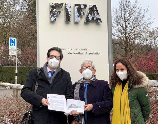 Representantes de la Federación vasca de Fútbol ante la sede de la FIFA