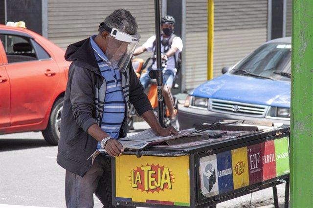 Un hombre en San José (Costa Rica) durante la pandemia de coronavirus