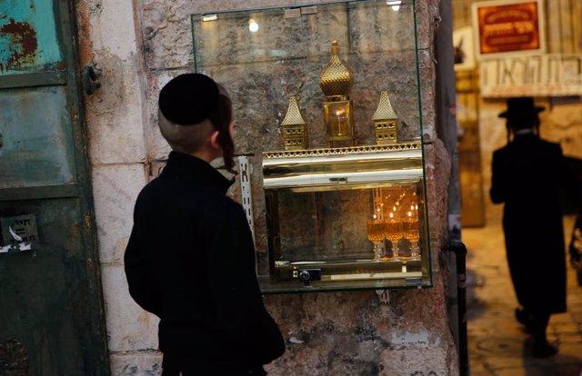 Un niño ultraortodoxo judío a las puertas de un centro de oración en Jerusalén.