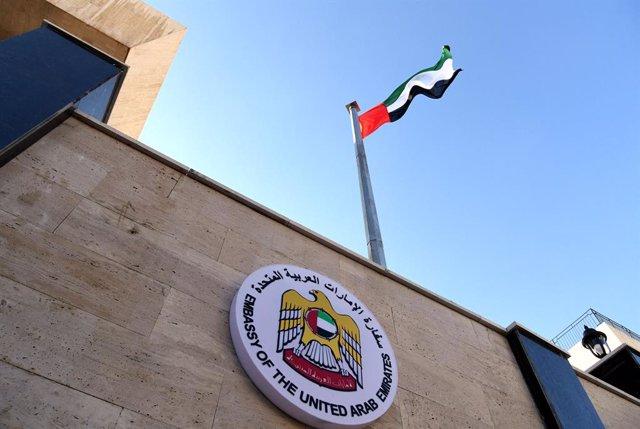 Una bandera de Emiratos Árabes Unidos (EAU) ondea en una Embaja del país en Siria.