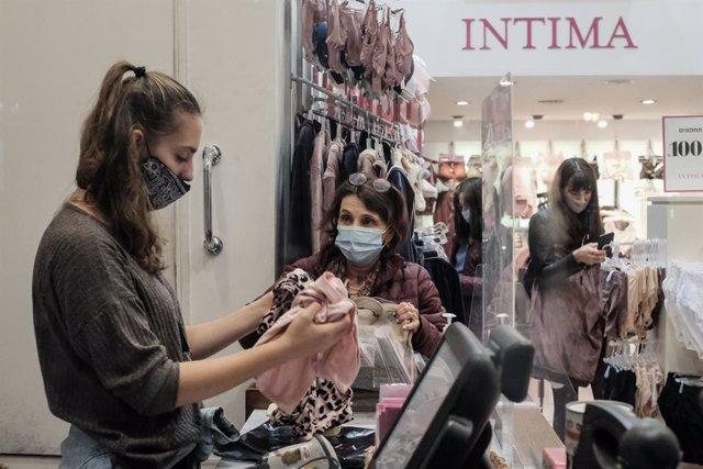 Mujeres con mascarilla en una tienda de Jerusalén
