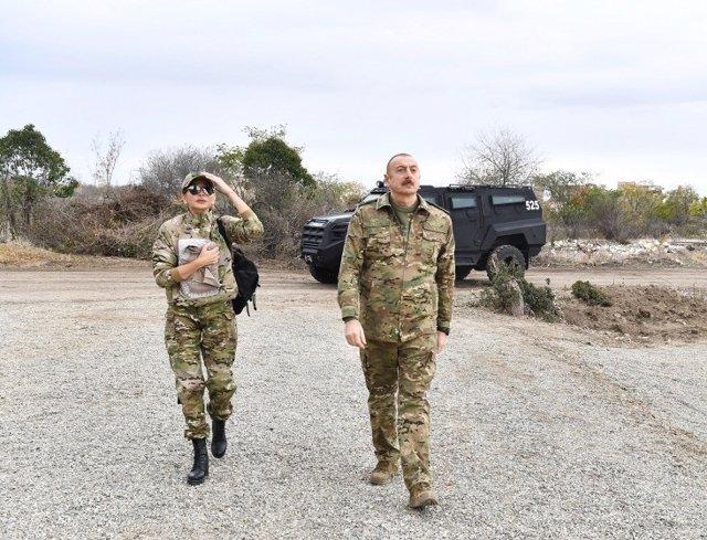 El presidente de Azerbaiyán, Ilham Aliyev, acompañado por la primera dama y vicepresidenta primera del país, en una visita a una localidad azerí entregada por Armenia tras el acuerdo de alto el fuego