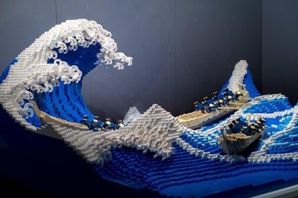 Un artista japonés recrea 'La gran ola de Kanagawa' con 50.000 piezas de LEGO