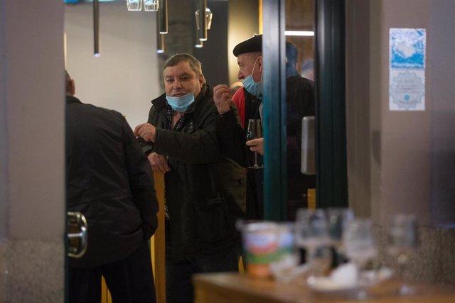 Ciudadanos en el interior de un bar de Lugo a 12 de diciembre de 2020. La ciudad de Lugo, junto a Pontevedra, ha optado por relajar las restricciones en la hostelería impuestas por la pandemia de coronavirus aunque aún no se ha reabierto la movilidad.