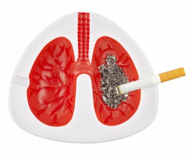 Cenicero con la imagen de un pulmón.