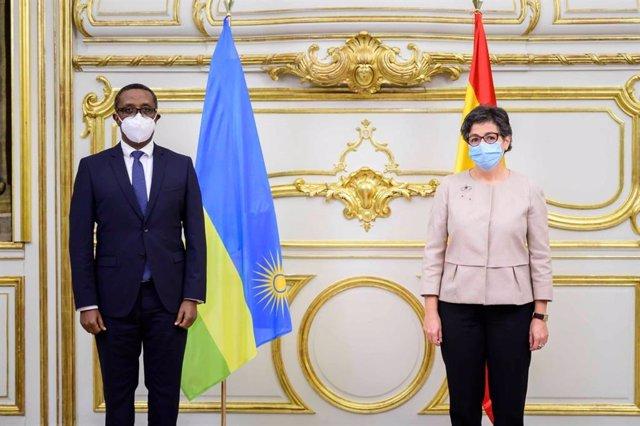 La ministra de Exteriores, Arancha González Laya, y su homólogo de Ruanda, Vincent Biruta
