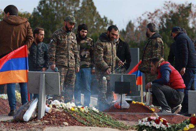 Entierro de una víctima del conflicto armado entre Armenia y Azerbaiyán por Nagorno Karabaj
