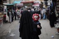 Una mujer con su hijo en Yemen