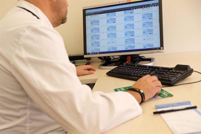 Un facultativo en su consulta médica