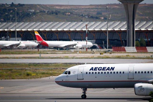 Un avión de la empresa griega Aegean se dirige a la terminal 4 después de aterrizar en el Aeropuerto de Madrid-Barajas Adolfo Suárez en el tercer día en el que entra en vigor la orden del Ministerio de Sanidad por la que todas las personas procedentes del