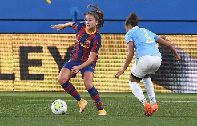 La jugadora del Barça Femení Lieke Martens en una acción del partido contra el PSV Eindhoven en el Estadi Johan Cruyff, correspondiente a la vuelta de los dieciseisavos de final de la UEFA Women's Champions League, con triunfo blaugrana (4-0)