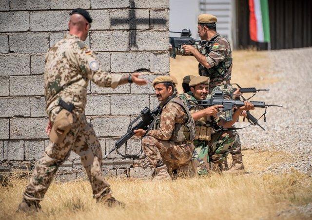 Un soldado de Alemania durante un entrenamiento con las fuerzas de seguridad de la región semiautónoma del Kurdistán iraquí, conocidas como 'peshmerga'